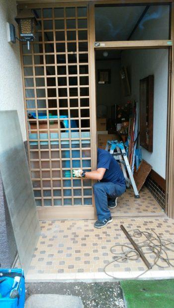 今までの玄関ドアを外しました。 ガラス、ドア枠・格子枠も外します。