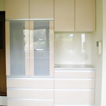 キッチンの反対側には新しい食器棚を設置しました。