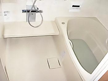 床はTOTOの「新技術、W断熱構造!ほっカラリ床『W断熱構造』」が床裏からの冷気を防ぎ、室温とほぼ同じ温度を実現します。