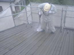 屋根に高圧洗浄をして汚れを洗い流しています。