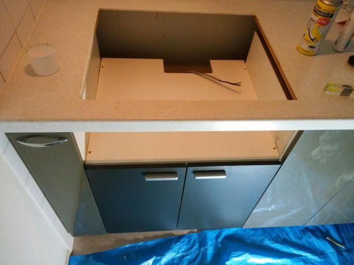 ガスコンロとオーブンを撤去して、IHを置く台兼収納庫を取付けました。電源配線を引き込み中です。