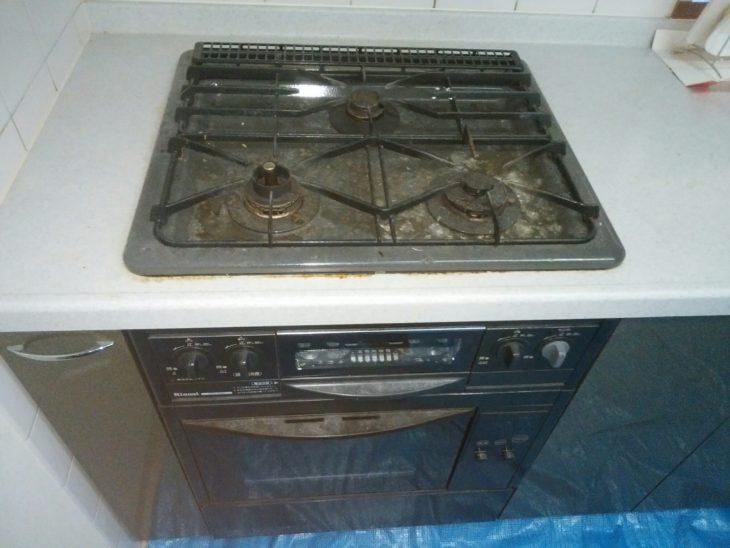 コンロ下にビルトイン型のオーブンがありました。