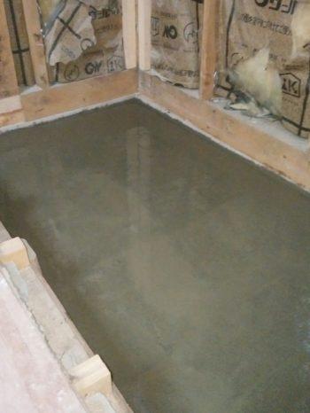 1階洋室 土台部にコンクリートをいれて固めます。