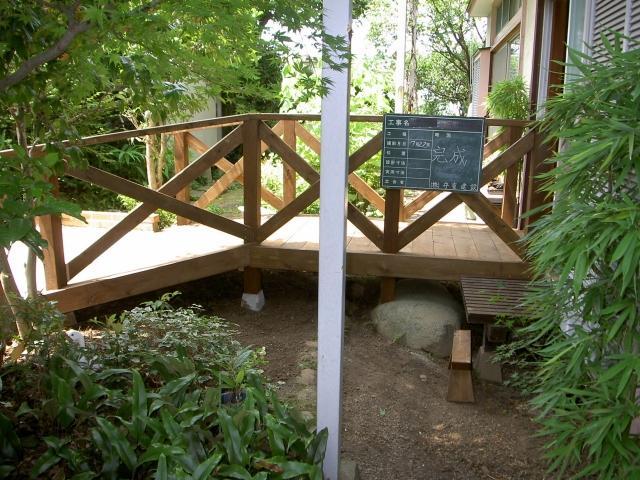 庭と調和のとれたウッドデッキが完成しました。