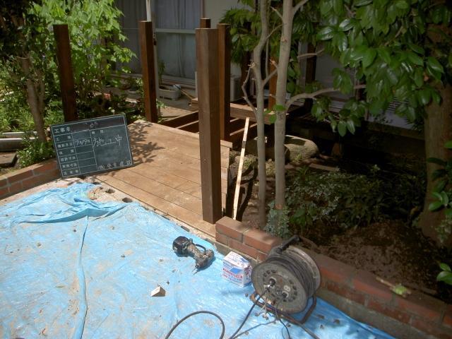 お庭の雰囲気に合ったウッドデッキです。