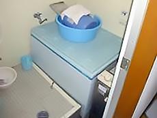 浴室はタイル張りで、給湯器も中にありました。