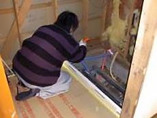 新しい浴槽を設置するための配管工事を行います。