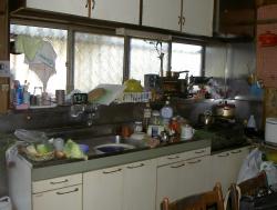 狭いキッチン内に様々なものが溢れかえっていました。