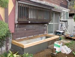 外からの増築の様子です。基礎が設置されている場所にキッチンが設置される予定です。
