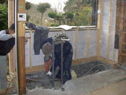 キッチン全体を庭側へ押し出し、室内のスペースを広げる方向で増築を行います。