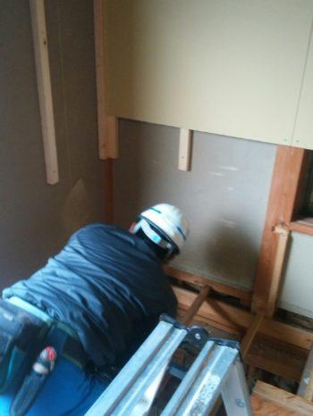 2階和室 既存の壁には新しい下地ボードを取付けます。床構造部は撤去してしまいます。