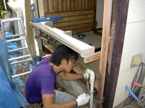 以前給湯器のあった場所にユニットバス本体専用の出窓を取り付けます。給湯器は別の壁面に移設しました。