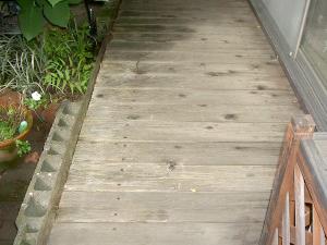 【塗れ縁・雨戸】濡れ縁は木製で経年劣化しています。雨戸も取替えます。2階は電動シャッタータイプにします。