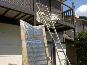 下から柱を立て、新しいベランダを設置します。物干し竿をかける部材も付きます。