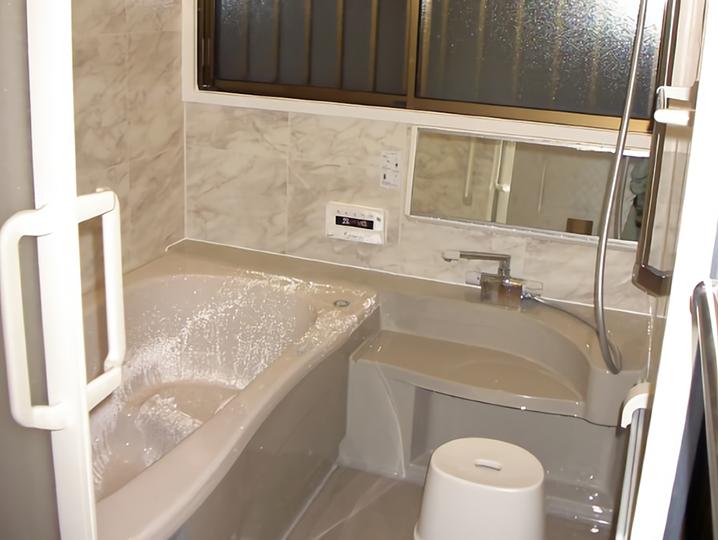 【洗面台】専用出窓で浴室が40cm、浴槽が20cm分広くなりました。これからは足を伸ばして入れますね。浴室乾燥機も付けました。