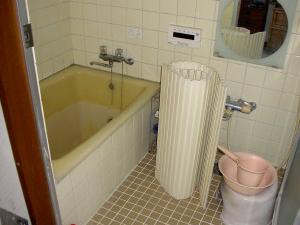 【お風呂】タイル張りのお風呂で寒く、浴槽も広くありません。出窓が付き、その分浴室が広くなります。