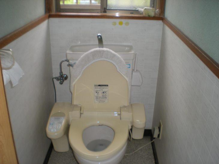 施工前の壁紙です。元は和式トイレだったので壁の上部は塗り壁、下部はクロスの2段になっていました。