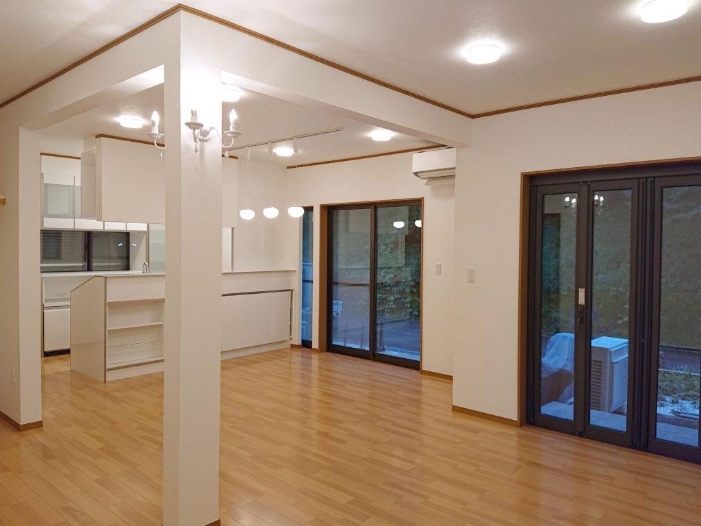 壁を撤去したことで、リビングと新設したキッチンとがワンフロア―でつながり解放的な空間に変わりました。