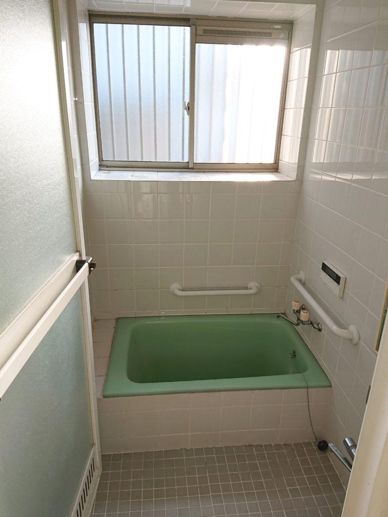 床はタイルで浴槽は深いお風呂でした。