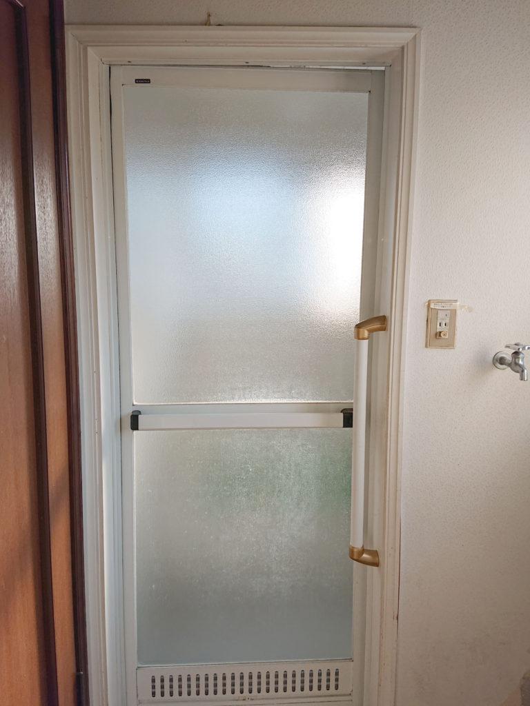 ドアは段差のある開き戸でした。