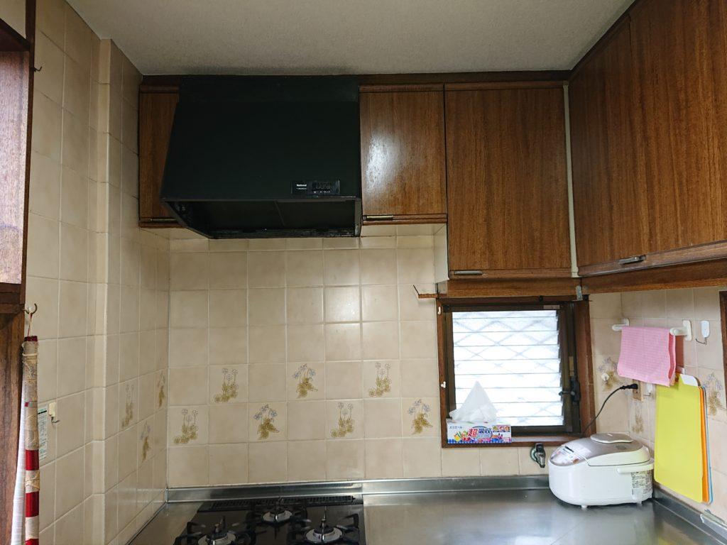 キレイにお使いのキッチンだったのですが、経年劣化で扉の開閉にも不具合がありました。