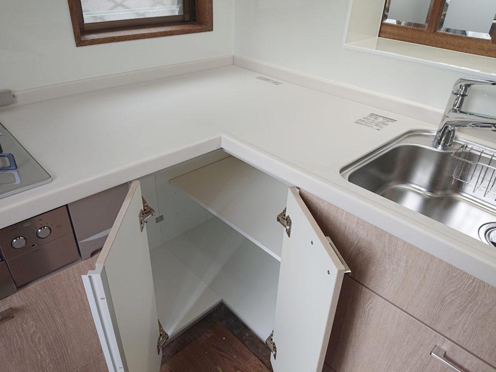 カウンターの下の開き戸も、コーナー部分まで使いやすい両開きです。
